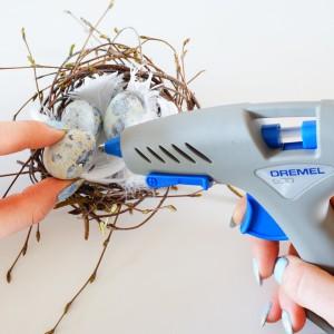 Krok 7 - Piórka oraz wydmuszki przymocuj do gniazdka za pomocą Dremela Glue Gun.