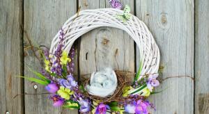 Wielkanocne ozdoby są miłym akcentem podkreślającym wiosenną aurę. Zobacz, jak przy użyciu prostych narzędzi stworzyć piękny wianek do pomieszczenia bądź na drzwi wejściowe.