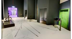 Muzeum II Wojny Światowej w Gdańsku zachwyca nie tylko bryłą, ale również aranżacją wnętrz. Na uwagę zasługują takie elementy wnętrza jak m.in. posadzka.