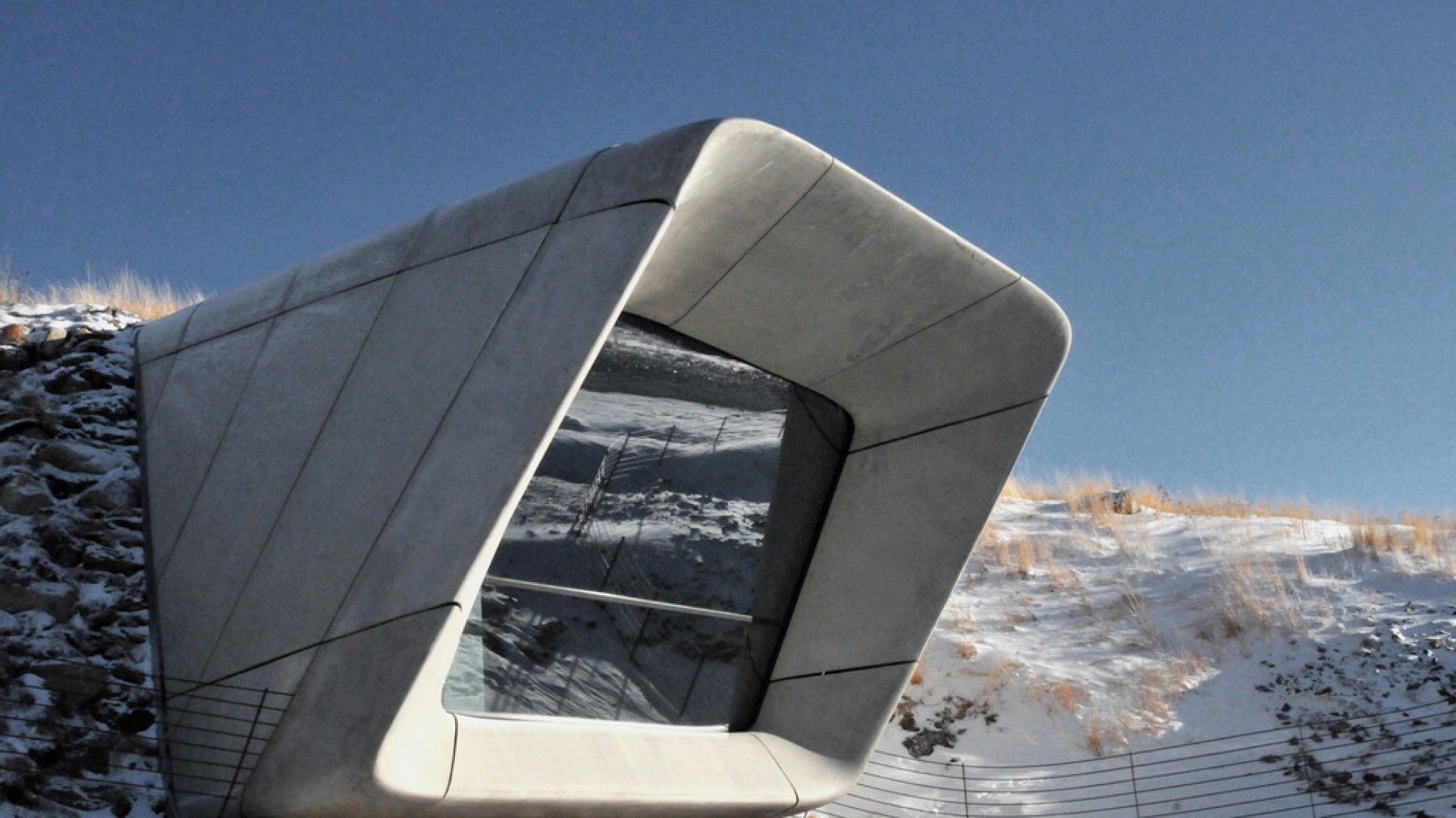 MMM Corones to najnowsze i ostatnie muzeum w szeregu Messner Mountain Museum znajdujące się na szczycie płaskowyżu Kronplatz w Dolomitach. Zostało zaprojektowane przez światowej sławy architektów Zahę Hadid i Petera Irmschera. Fot. Rockfon