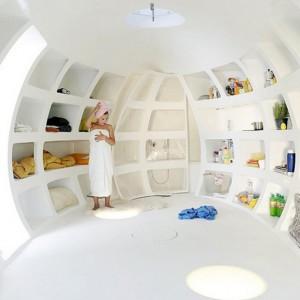 Moduł może służyć jako domek gościnnym, biuro, kuchnia, czy recepcja - w zależności od potrzeb. Wnętrze na zdjęciu ma sporo powierzchni do przechowywania i łazienkę. Fot. dmvA