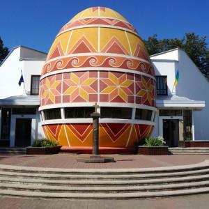 Ten budynek nie może być niczym innym niż Muzeum Pisanek! Wielkie jajo powstało na Ukrainie w Kołomyi w 2000 roku z okazji festiwalu kultury huculskiej. Fot. roamingaroundtheworld.com