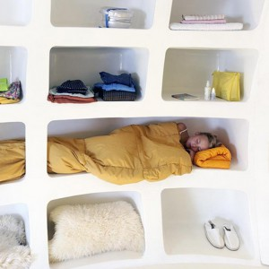 Łóżko może nie jest zbyt wygodne, ale zaprojektowano je w oryginalny sposób. W jajowatym domku zmieściłoby się też na pewno wolno stojące łóżko. Fot. dmvA