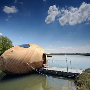 Stephen Turner zaprojektował swój dom w kształcie jaja w reakcji na globalne zmiany klimatu. Konstrukcja w angielskiej wsi Exbury wnosi się i opada w zależności od przypływu, nawiązując do zmiany poziomu wód przez globalne ocieplenie. Fot. Tiny House For Us