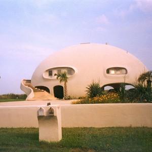 The Eye of the Storm to monolityczna konstrukcja na Wyspie Sullivana w Południowej Karolinie w Stanach Zjednoczonych, która z daleka przypomina wielkie leżące jajo z tajemniczymi otworami. Fot. monolithic.org
