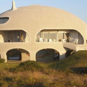 Twórca Oka Cyklonu - George Paul - chciał stworzyć bezpieczny dom, który będzie odporny na huragany. Budowla została oparta na dmuchanym szkielecie wydłużonej elipsy. Fot. monolithic.org