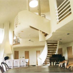 Dom, który mieści się tuż obok plaży, wewnątrz posiada kilka kondygnacji, jest bardzo przestronny i urządzony na bogato. Zdjęcia pochodzą z końca lat 90-tych. Fot. monolithic.org
