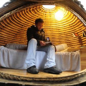 Mieszkalne jajo zostało wykonane z bambusowych listew i metalowych wsporników. Architekt zwrócił uwagę na jego wodoszczelność i ochronę przed zbytnim nagrzewaniem. Fot. Fast Company