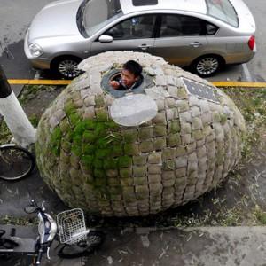 Dai Haifei, młody chiński architekt z Pekinu, wybudował sobie domek-jajo na chodniku, ponieważ nie stać go było na wynajęcie mieszkania. Fot. Reuters