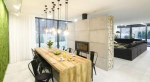 Aranżacja tego nowoczesnego domu łamie stereotypy i wychodzi na przeciw utartym schematom. W jego wnętrzu zastaniemy beton, drewno ze starych kresowych chat, kostkę brukową i... mech!<br /><br />