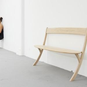 Leaning Bench to przewrotny projekt ławki, która sama potrzebuje oparcia.