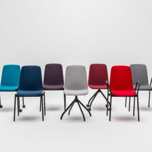 Krzesła ULTRA zachwycają prostą formą i zaskakują wygodą, którą zapewnia elastyczne oparcie. Fot. Ernest Wińczyk