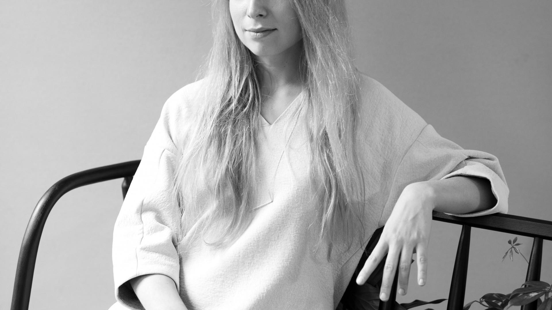 Maja Ganszyniec studiowała na krakowskiej ASP i londyńskim Royal College of Arts. Na koncie ma współpracę z takimi markami, jak DuPont, Amica czy IKEA. Dla tej ostatniej w 2016 roku zaprojektowała autorską kolekcję.