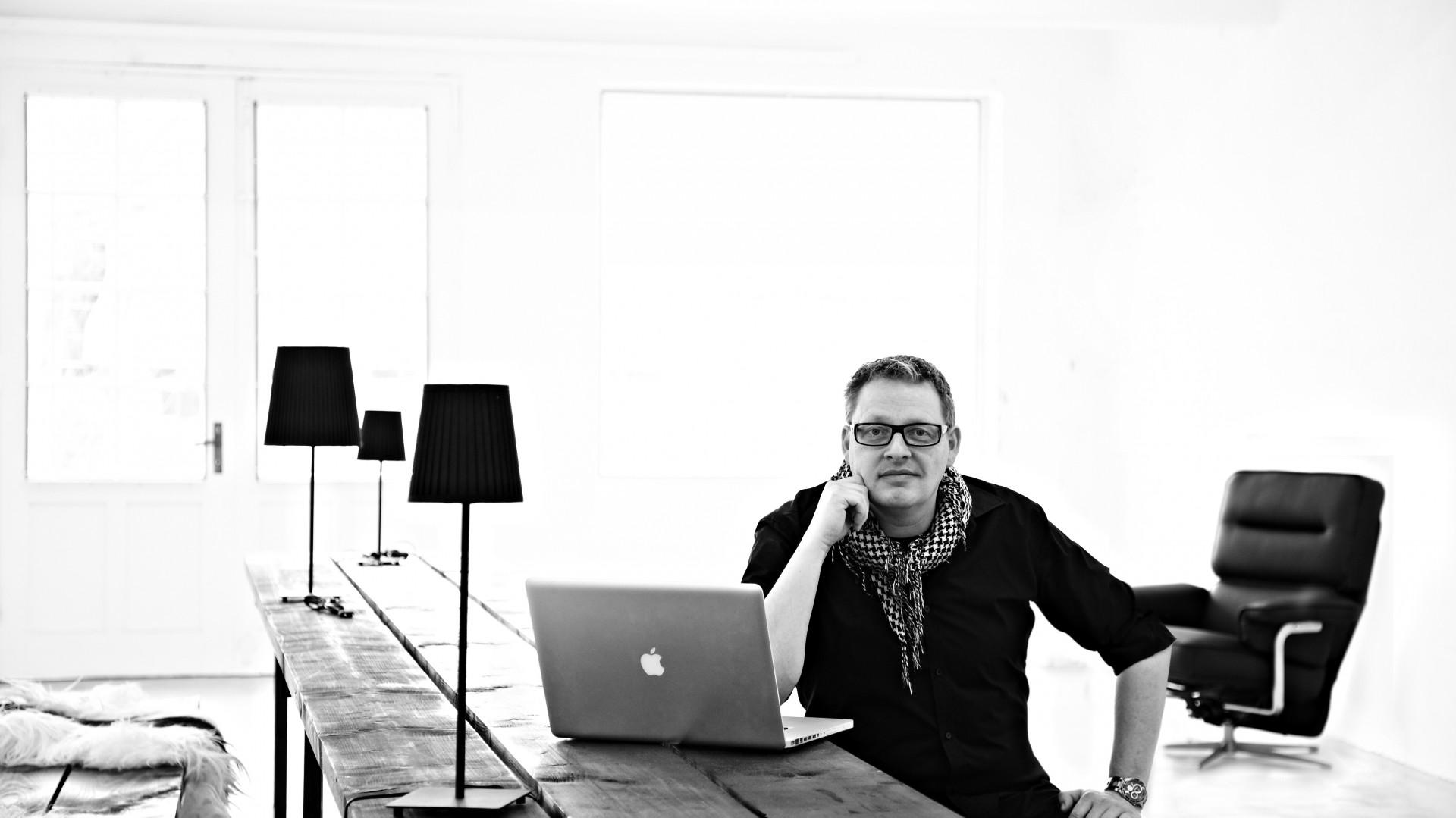 Henrik Pedersen to jeden z najbardziej uznanych duńskich projektantów. Jego wykład  o źródłach inspiracji i postrzeganiu roli designu w szybko zmieniającym się świecie zainaugurował czwartą edycję Forum Dobrego Designu 7 grudnia 2016 r.