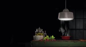 Kuchnia otwarta z dużą wyspą na środku pomieszczenia jest idealnym rozwiązaniem dla wszystkich, którzy lubią gotować w gronie rodziny czy przyjaciół. Pomogą w tym nowoczesne pochłaniacze wyspowe, które nie tylko efektywnie pochłaniają opary
