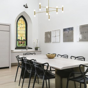 Jadalnia w czerni i bieli. Projekt: Linc Thelen Design. Fot. Jim Tschetter