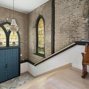 Klatka schodowa wykorzystuje piękną architekturę starego kościoła. Projekt: Linc Thelen Design. Fot. Jim Tschetter