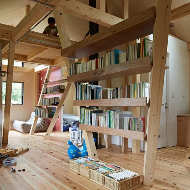 Mieszkańcy tego domu naprawdę kochają drewno! I książki!