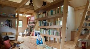 144-metrowy dom powstał dla rodziny z trójką dzieci. Rodziny, która chciała żyć blisko natury nawet w tłocznym japońskim mieście Kamakura. Zobaczcie niesamowite wnętrze domu!