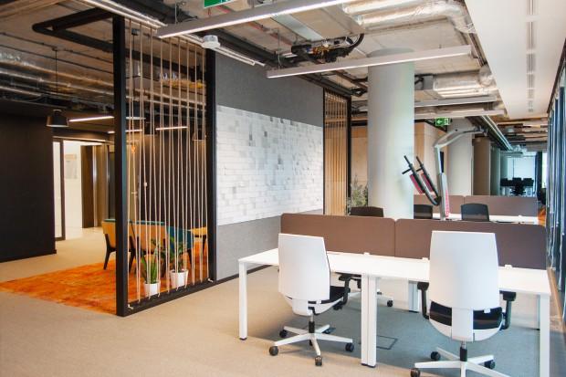 Układ typu open space jest nadal najczęściej wybieraną formą przestrzeni biurowej. Doskonale znane są wady i zalety takiego systemu pracy, jednak pozytywne aspekty nadal przeważają, a nowoczesne rozwiązania aranżacyjne pozwalają skutecznie niwe