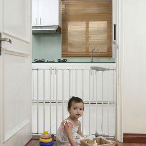 Barierkami możemy odgrodzić wejście do kuchni, by uchronić dziecko przed ewentualnym poparzeniem i dostępem do kurków kuchenki gazowej, zablokować wyjście do ogrodu czy na taras, bądź do pomieszczenia, w którym używamy żelazka. Barierka Elia. Fot. 4iQ