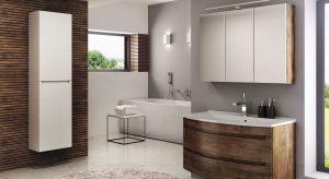 Biel, drewniane dekory, ale także coraz częściej modne kolory pojawiają się na frontach i korpusach mebli łazienkowych. Zobaczcie aktualne propozycje producentów.