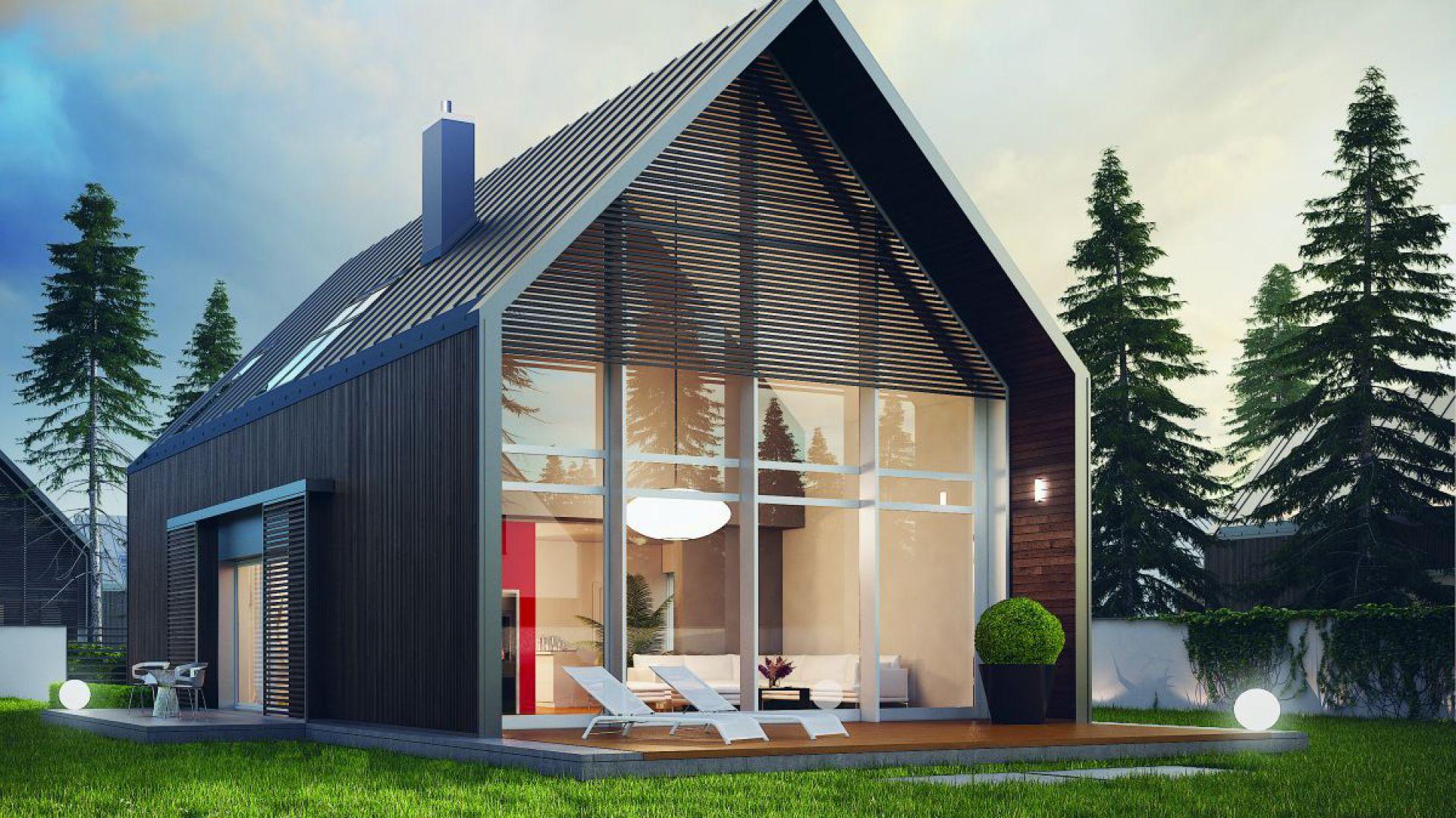 Projekt domu EX 13 to dialog tradycji ze współczesnością. Zwarta forma i prosty kształt domu akcentują związek z klasycznym, wiejskim budownictwem, natomiast nowoczesna elewacja i szerokie przeszklenia prezentują minimalizm typowy dla współczesnej architektury. Fot. Pracownia Projektowa Archipelag