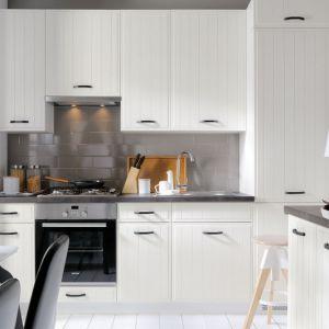 Aranżacja kuchni: pomysł na wnętrze w skandynawskim stylu. Fot. Black Red White