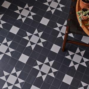 Podłogowe płytki winylowe z mozaikowym wzorem. Fot. Carpet Studio
