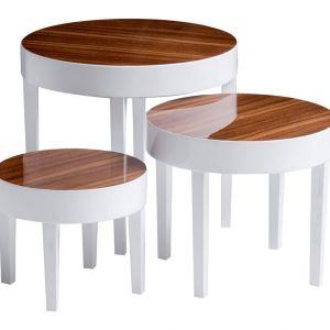 Komplet stolików Nest w kolorze białym z drewnianym, lakierowanym blatem doskonale prezentuje się tuż obok sofy. Fot. Westwing