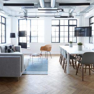 Drewniana podłoga w salonie. Fot. Pexels