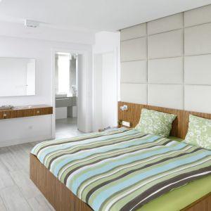 Łóżko w sypialni. Projekt: Dominik Respondek, Fot. Bartosz Jarosz