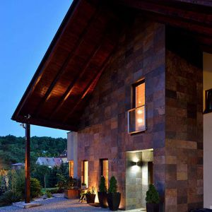 Wysunięty do przodu dach zapewnia zadaszenie strefie wejściowej i nadaje budynkowi nietypowy charakter.