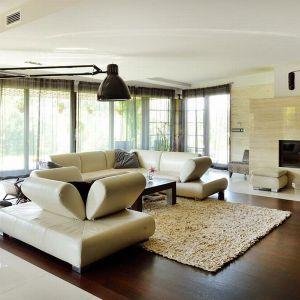 Centralnym punktem wnętrza jest salon, utrzymany w bardzo jasnej kolorystyce: beżach, brązach i odcieniach kremowych.