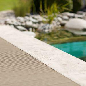 Sekretem Relazzo jest specjalne tworzywo sztuczne, wyglądające jak naturalne drewno zachowujące jego elegancję i piękno, a do tego zapewniające wyjątkową wytrzymałość i odporność na wodę, temperaturę, uderzenia, czy zarysowanie. Fot. Rehau