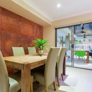 Betonowe płyty posiadają różnorodną kolorystykę. Dzięki temu betonowe podłogi i ściany mogą stać się neutralnym tłem dla wyposażenia salonu albo odegrać w pomieszczeniu główną – dekoracyjną rolę. Na zdjęciu: płyta Slim, kolorystyka rust, Modern Line.