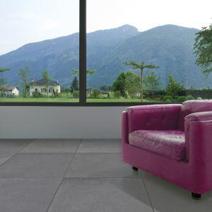 Betonowe płyty doskonale sprawdzą się zarówno wewnętrzach, jak ina zewnątrzpomieszczeń (tarasy i balkony). Można nimi zabudowaćcałą płaszczyznę podłogi lub ściany,zestawiaćz innymi materiałami (drewno, cegła) lub po prostu wykorzystać jakodetal dekoracyjny(np. tworzenie wzorów, mozaik). Na zdjęciu: płyta Slim 80x80 cm.