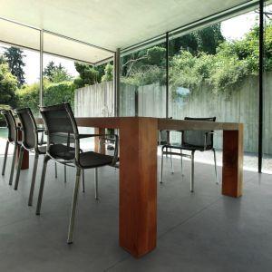 Płaszczyzna z betonowych płyt ma niepodważalną zaletę: pasuje do wnętrz zarówno ciepłych, jak i zimnych. W salonie czy jadalni może stanowić jednolite tło dla aranżacji lub być elementem dekoracyjnym, nadającym pomieszczeniu charakter. Na zdjęciu płyta Slim 100x200, powierzchnia natural, Modern Line.