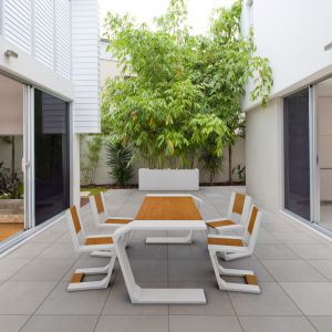 Beton jest idealnym materiałem dla wszystkich chcących podążać za trendami zacierania granicy pomiędzy salonem i tarasem. Odporny na warunki atmosferyczne sprawdzi się jako okładzina wewnętrzach i na zewnątrz pomieszczeń. To dzięki niemu ściany lub posadzki mogą stać się spoiwem unifikującym, pozwalającym na wzajemne przenikanie się przestrzeni salonu i tarasu. Na zdjęciu płyta Slim 80x80 cm, powierzchnia natural (satynowa gładkość), Modern Line.