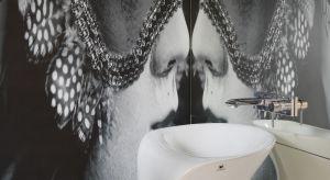 W domach i przestronnych mieszkaniach coraz częściej spotkać można dodatkową toaletę przeznaczoną przede wszystkim dla gości. Jak zaaranżować tę przestrzeń, by była nie tylko funkcjonalna, ale także przyciągała uwagę niebanalnym i eleganc