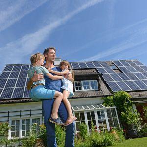 Instalacja fotowoltaiczna to system, który zamienia energię słoneczną na elektryczną. Fot. Altrendo Images / Stockbyte/ Getty Images