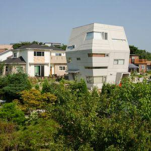 Dom jest zwieńczeniem marzeń koreańskiej rodziny o własnej przestrzeni w oddalonej od zgiełku miasta dzielnicy.