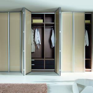SZAFA z drzwiami składano-przesuwnymi gwarantuje łatwiejszy i pełny dostęp do wnętrza szafy. Na zamówienie. Fot. Komandor