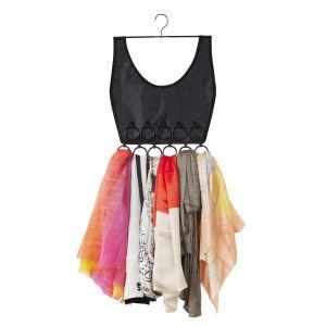 BOHO DRESS to wieszak na apaszki, który w trakcie użytkowania zmienia się w kolorową sukienkę. 49 zł. Fot. Umbra