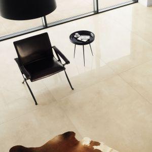 Aranżacja salonu. Kolekcja Epoxy Beige. Fot. Tubądzin, marka Monolith