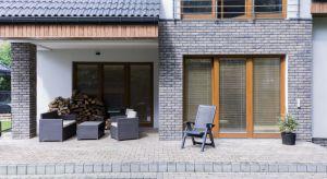 Wiosna to czas gruntownych porządków. Jednak, by cieszyć się efektem na dłużej, po wyczyszczeniu elewacji budynku i innych powierzchni wykonanych z kamienia, cegły, gresu, klinkieru, marmuru czy granitu, trzeba je odpowiednio zaimpregnować.