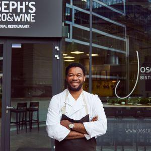 """Joseph """"Józek"""" Seelesto prowadzi restaurację Joseph's Bistro & Wine oraz studio Joseph's Culinary Studio, w którym organizuje kulinarne warsztaty. Fot. Maciej Stankiewicz"""