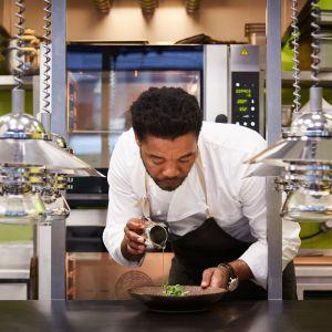 Jego tata był szefem kuchni w hotelu w Gaborone więc pierwsze kroki w samodzielnym gotowaniu stawiał pod jego okiem. Fot. Maciej Stankiewicz