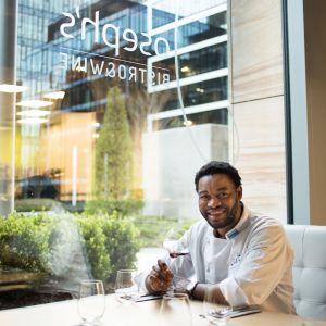 Joseph stara się ciągle być innowacyjny w tym co robi i zaskakiwać gości swojej restauracji ciekawymi potrawami. Fot. Maciej Stankiewicz