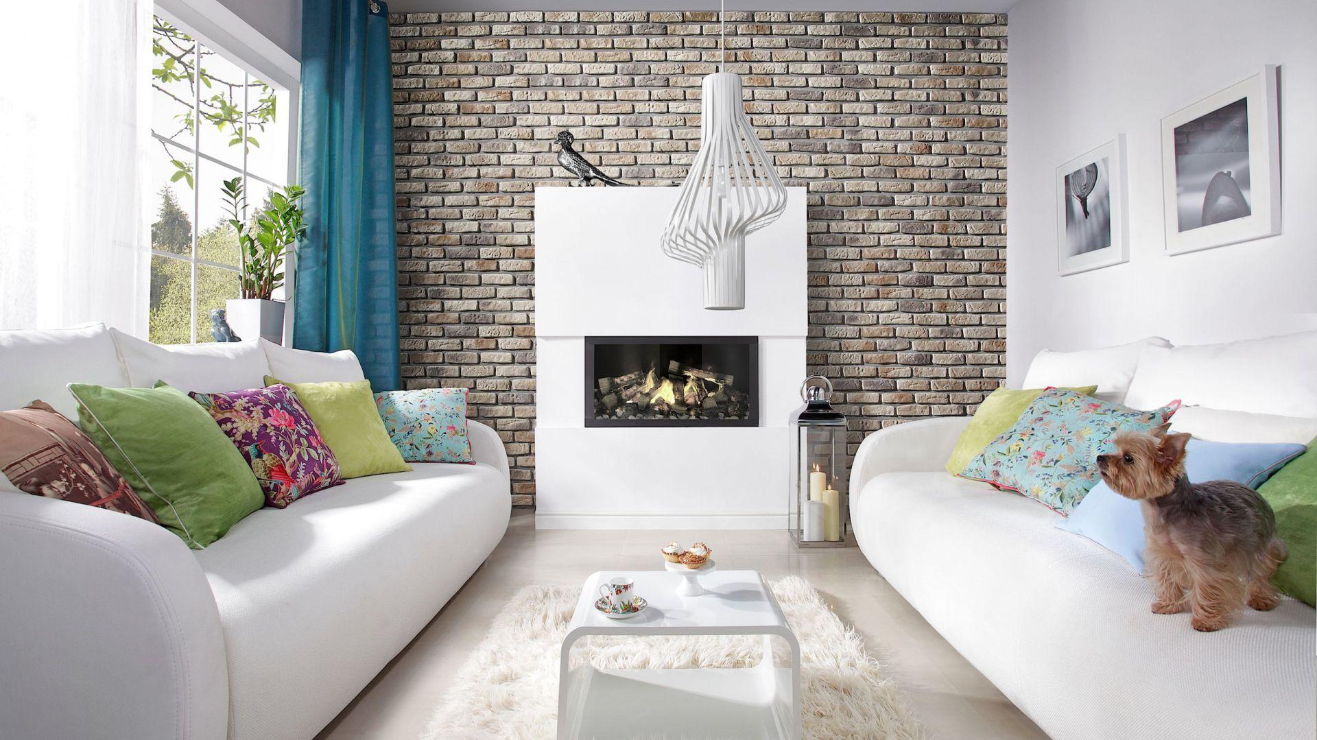 Kamień dekoracyjny LOFT BRICK o surowej fakturze sprawdzi się w nowoczesnych jak i klasycznych aranżacjach. Ok. 78 zł (opakowanie 0,85 m²). Fot. Stone Master